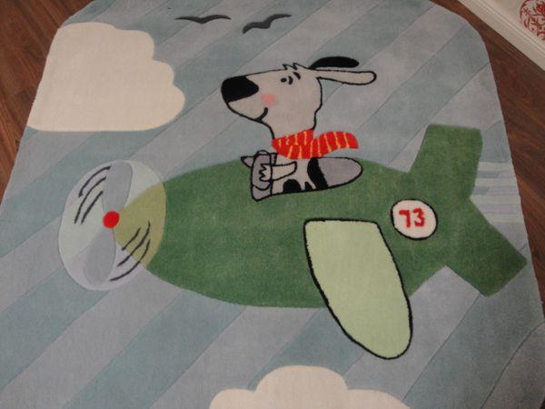 Kinderteppich- Gustav bei Fliegen in Grau, der Hund 150 x 150 cm Gustav und seine Freunde